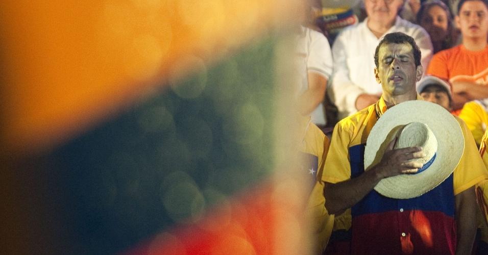 11.abr.2013 - Candidato da oposição às eleições da Venezuela, Henrique Capriles, reza durante comício de encerramento de campanha em Barquisimeto, no Estado de Lara. No próximo domingo (14) será eleito o primeiro presidente eleito da era pós-Hugo Chávez