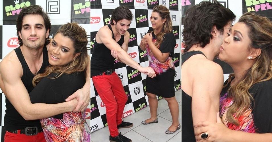 """11.abr.2013 - Fiuk e Preta Gil se divertem antes de show do projeto """"Eu Amo o Rio"""", no Barra Music, Rio de Janeiro"""