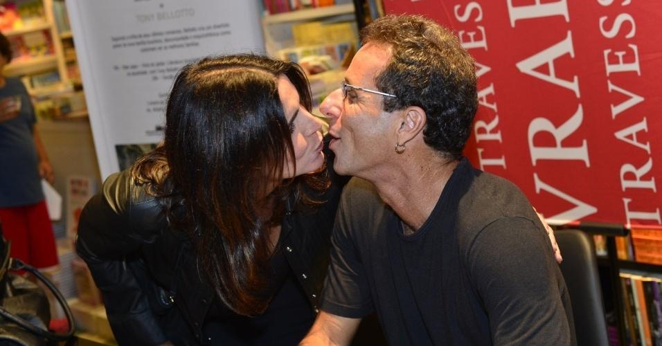 """11.abr.2013 - O guitarrista dos Titãs Tony Bellotto recebe selinho de Malu Mader em noite de autógrafos de seu livro """"Machu Picchu"""" em livraria do Shopping Leblon, no Rio de Janeiro"""