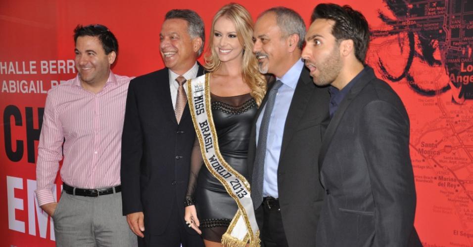 12.abr.2013 - A Miss Brasil World 2013, Sancler Frantz, posa com os produtores do filme