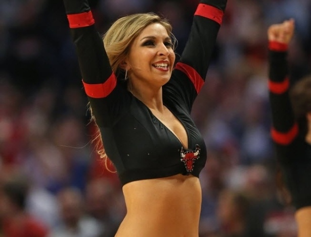12.abr.2013 - Bela cheerleader do Chicago Bulls sorri durante apresentação na partida contra o New York Knicks