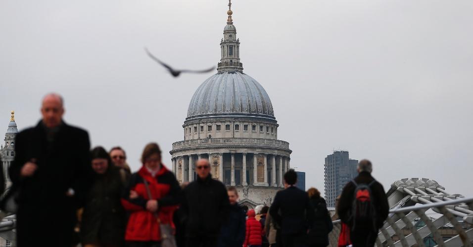 12.abr.2013 - Catedral de St. Paul, onde acontecerá o funeral de Margaret Thatcher no dia 17, é vista da passarela Millennium, que cruza o rio Tâmisa, no centro de Londres, no Reino Unido