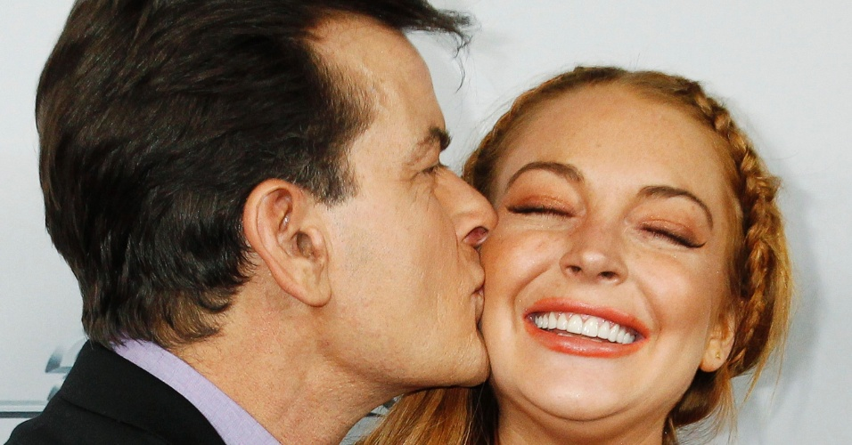 12.abr.2013 - Charlie Sheen beija Lindsay Lohan no rosto durante a pré-estreia da comédia