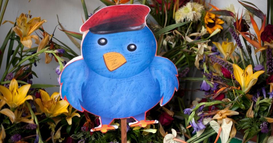 12.abr.2013 - Desenho de pássaro é coberto com mensagens escritas por simpatizantes do ex-presidente venezuelano Hugo Chávez, morto em 5 de março, em uma pequena capela construída em sua memória, no bairro 23 de Enero, em Caracas, na Venezuela. Nicolas Maduro, o sucessor de Chávez escolhido a dedo, afirmou na semana passada durante um comício de campanha que o espírito de Chávez apareceu para ele em uma capela, na forma de um pequeno pássaro que voou ao redor de sua cabeça, para dar-lhe a sua bênção. Maduro enfrenta o candidato da oposição Henrique Capriles na eleição presidencial de domingo (14)