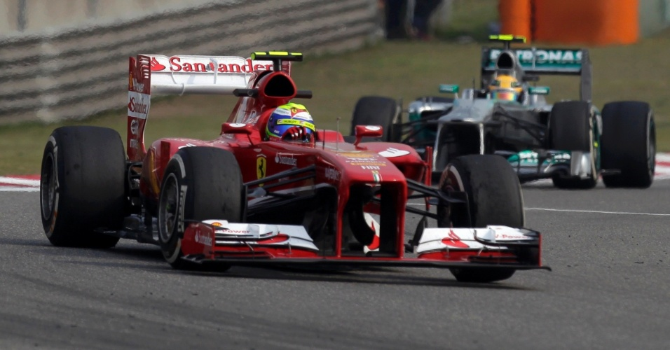 12.abr.2013 - Felipe Massa acelera sua Ferrari pelo circuito de Xangai