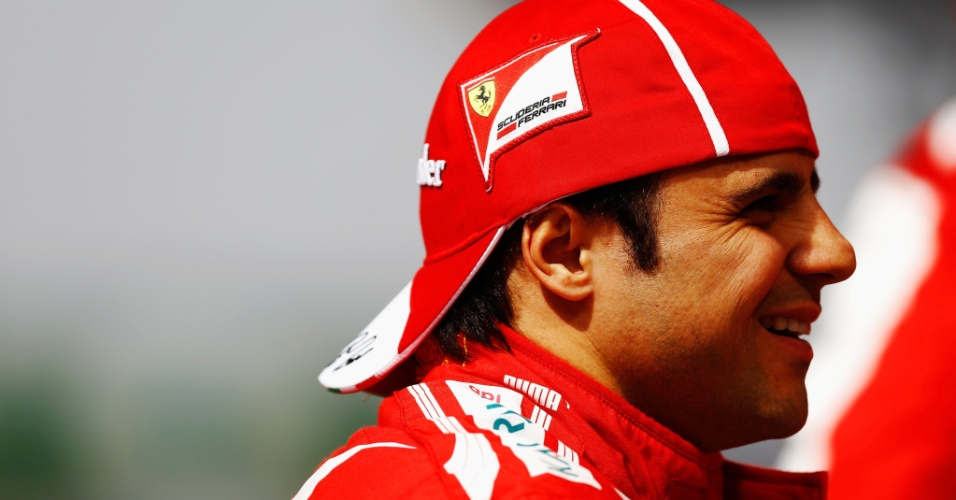 12.abr.2013 - Felipe Massa caminha pelo paddock antes de ir para a pista em Xangai