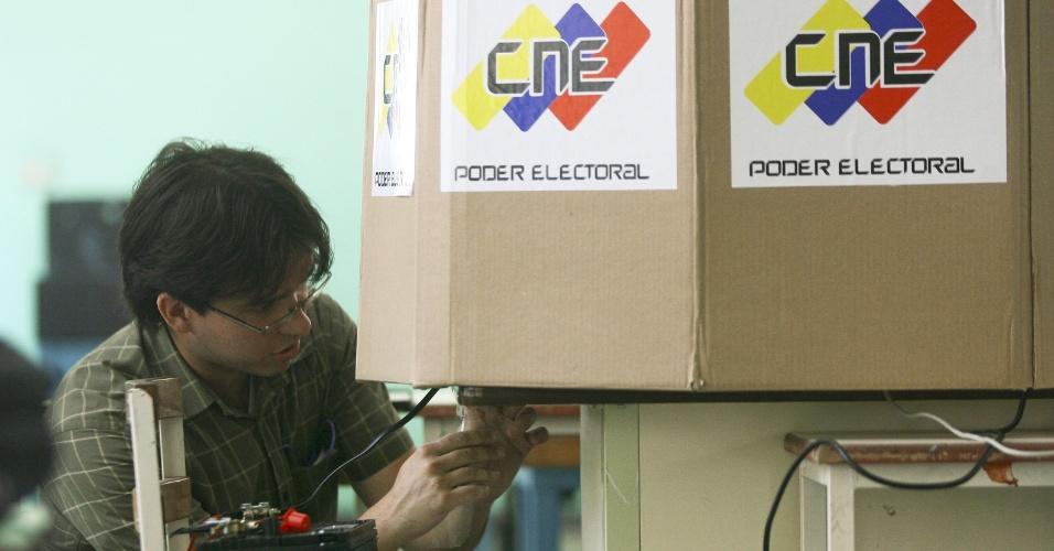 12.abr.2013 - Funcionários do CNE (Conselho Nacional Eleitoral), o tribunal eleitoral venezuelano, preparam material para as eleições presidenciais que elegerão o sucessor de Hugo Chávez, no domingo (14), na Venezuela