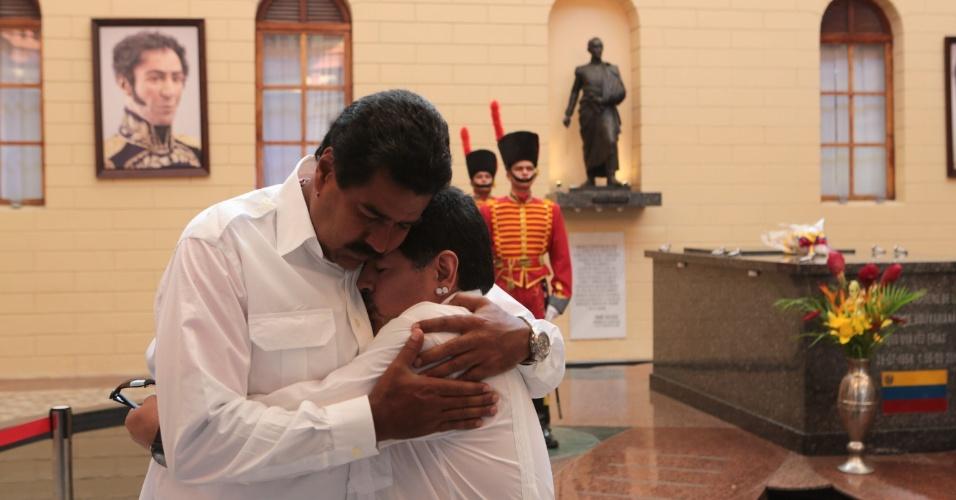 12.abr.2013 - O presidente interino da Venezuela, Nicolás Maduro (à esq.), abraça o ex-jogador argentino de futebol Diego Maradona, durante visita ao túmulo do ex-presidente Hugo Chávez, no Quartel da Montanha, em Caracas, nesta sexta-feira (12)