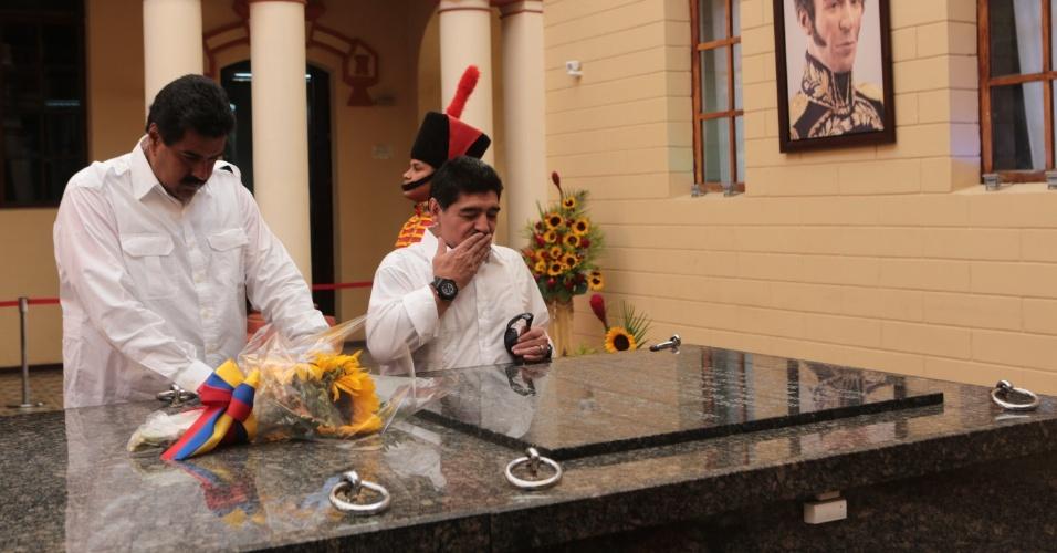 12.abr.2013 - O presidente interino da Venezuela, Nicolás Maduro (à esq.), e o ex-jogador argentino de futebol Diego Maradona (à dir.), visitaram nesta sexta-feira (12) o túmulo do ex-presidente Hugo Chávez, no Quartel da Montanha, em Caracas