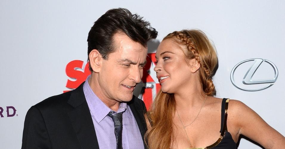 12.abr.2013 - Os atores Charlie Sheen e Lindsay Lohan durante a pré-estreia da comédia