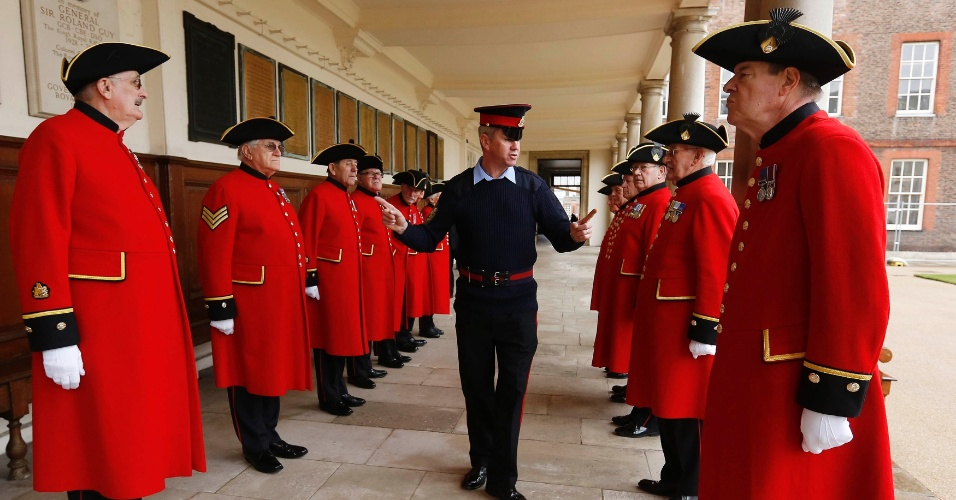 12.abr.2013 - Sargento Pearse Lally inspeciona uniformes do grupo Chelsea Pensioners, que vai participar do funeral de Margaret Thatcher, no Royal Hospital Chelsea, em Londres