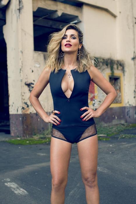 12.abr.2013-  Com um figurino ousado, Flávia Alessandra arranca suspiro em um ensaio exclusivo da Revista Alfa. A atriz  é a mulher do mês da publicação