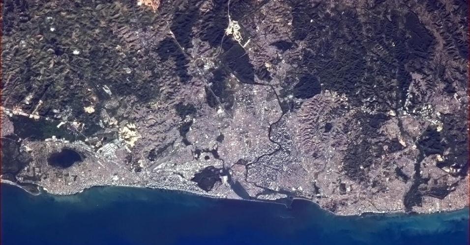 """12.abr.2013 -""""Recife, no Brasil, chamada assim por causa dos recifes de corais. Cerca de 4 milhões de nós moram aqui, especialmente em torno do rio"""", disse o astronauta Chris Hadfield em seu Twitter. Ele fotografou a cidade da Estação Espacial Internacional"""