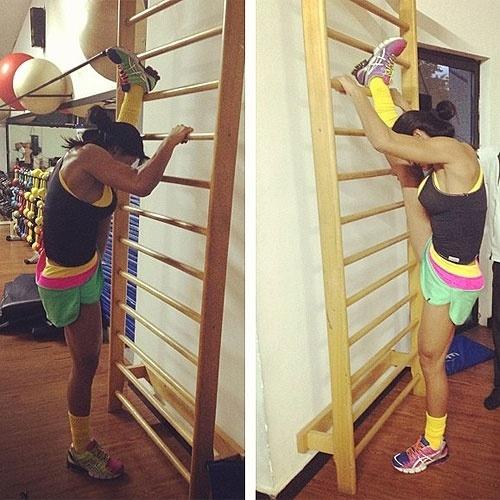 13.abr.2013 - Nesta imagem, a modelo Gracyanne Barbosa acaba com o mito de que adeptos da musculação não gostam de alongar. Com a foto, ela postou o seguinte texto:
