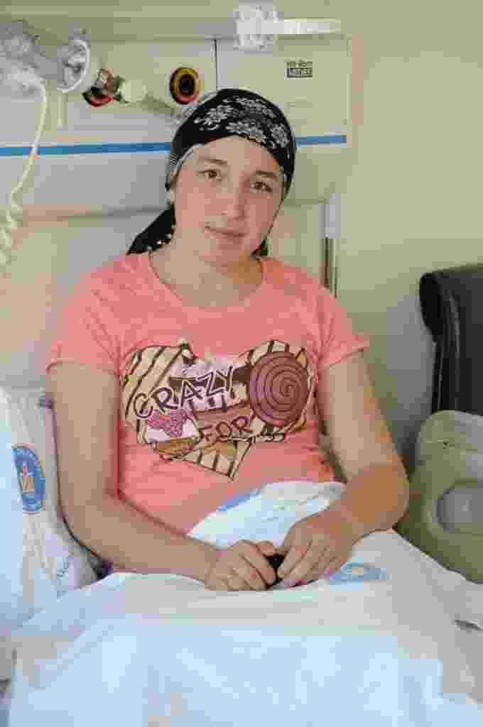 A turca Derya Sert posa antes da cirurgia de transplante de útero no hospital universitário Akdeniz, na cidade de Antalya, em 8 de agosto de 2011 quando tinha 21 anos - AFP PHOTO/STRINGER