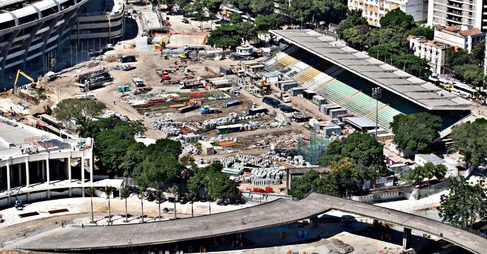 12.abr.2013 - Estádio de Atletismo Célio de Barros virou depósito para reforma do Maracanã