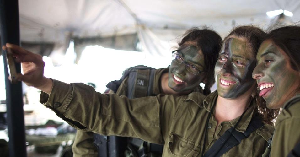 Mulheres do Exército israelense tiram foto em acampamento