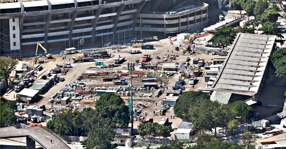 12.abr.2013 - Pista de atletismo do Célio de Barros dá lugar a caminhões e material da reforma do Maracanã