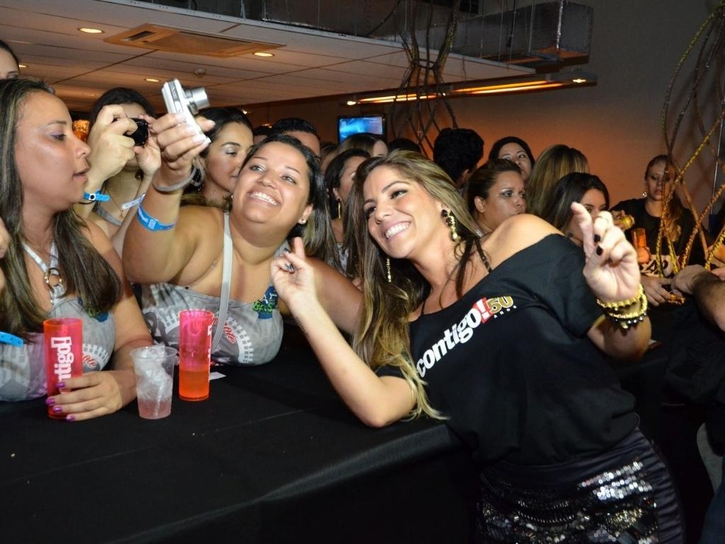 12.abr.2013 - A ex-BBB Anamara tira foto com fãs no festival Axé Brasil 2013 no Mineirão, em Belo Horizonte