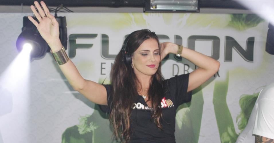 12.abr.2013 - A ex-BBB Kamilla comanda as picapes em um lounge do festival Axé Brasil 2013 no Mineirão, em Belo Horizonte
