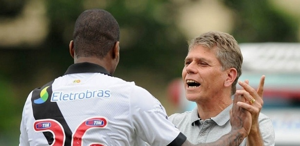 13.04.2013 - Dedé comemora com Paulo Autuori gol do Vasco pelo Campeonato Carioca