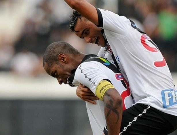 13.04.2013 - Thiaguinho corre para abraçar Dedé e comemorar o gol do zagueiro pelo Vasco no Campeonato Carioca