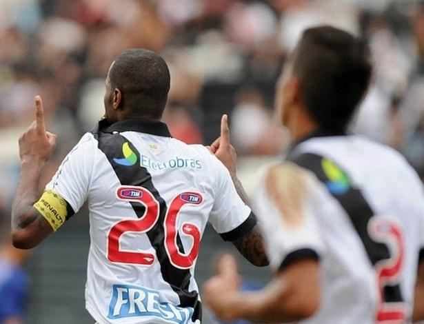 13.04.2013 - Zagueiro Dedé comemora gol do Vasco contra o Quissamã, pelo Campeonato Carioca
