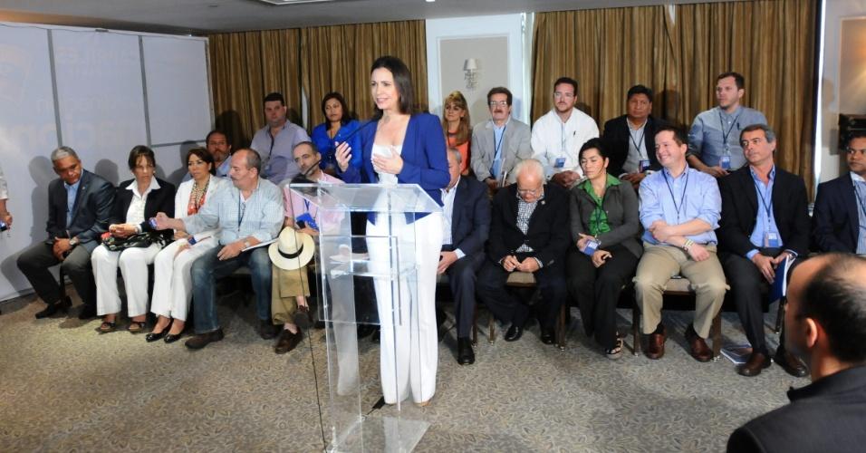 13.abr.2013 - A deputada venezuelana Mara Corina Machado, da oposição, fala durante coletiva de imprensa. O MUD, coalizão de partidos de oposição da Venezuela, convidou mais de 40 observadores internacionais para se certificarem que não haverá problemas no pleito do país, que será realizado neste domingo (14)