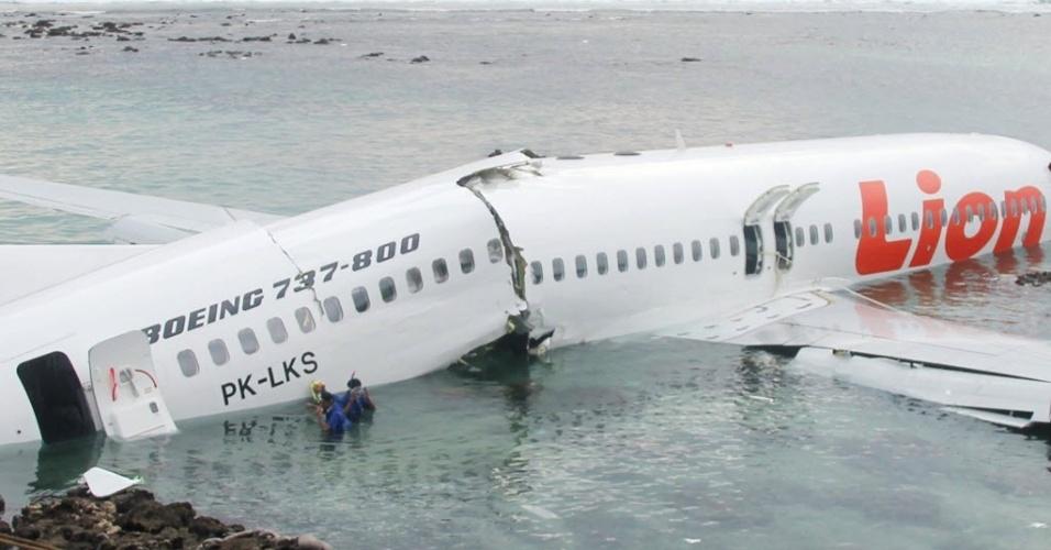 13.abr.2013 - Avião caído no mar após pouso mal-sucedido no aeroporto internacional da Bali, na Indonésia. Os 130 passageiros a bordo sobreviveram