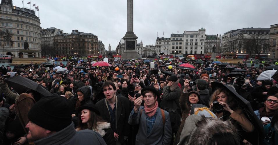13.abr.2013 - Centenas de pessoas se reuniram na praça Trafalgar em Londres, Reino Unido, para celebrar a morte de Margaret Thatcher, ex-primeira ministra britânica, que morreu no dia 8 de abril aos 87 anos. No próximo dia 17 de abril, haverá um funeral com honras militares para o enterro da antiga integrante do Partido Conservador britânico