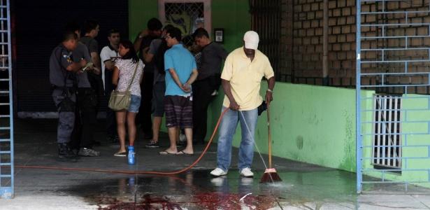 A chacina na estrada Intendente Magalhães, Vila Valqueire , na cidade do Rio, deixou quatro pessoas mortas - Thiago Lontra/Extra/O Globo