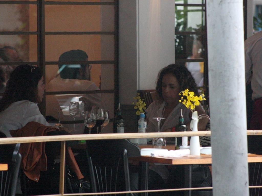 13.abr.2013 - Daniela Mercury almoça com a mulher em Ipanema