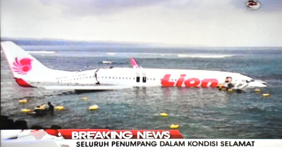 13.abr.2013 - Em imagem retirada de transmissão de TV, avião 737 da empresa Lion Air - maior companhia aérea privada da Indonésia - ultrapassa a pista do aeroporto internacional de Bali e pousa na água. Todos os 130 passageiros a bordo sobreviveram ao incidente