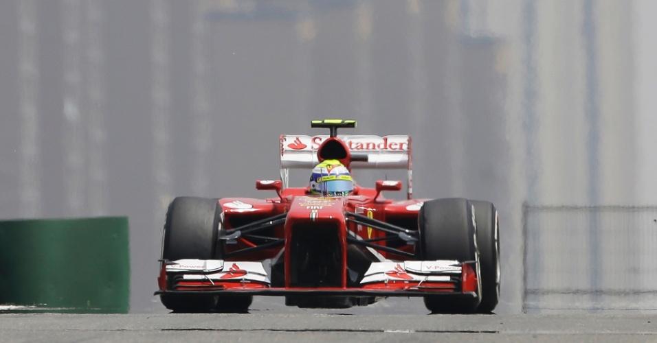 13.abr.2013 - Felipe Massa acelera sua Ferrari pelo circuito de Xangai durante o treino de classificação para o GP da China