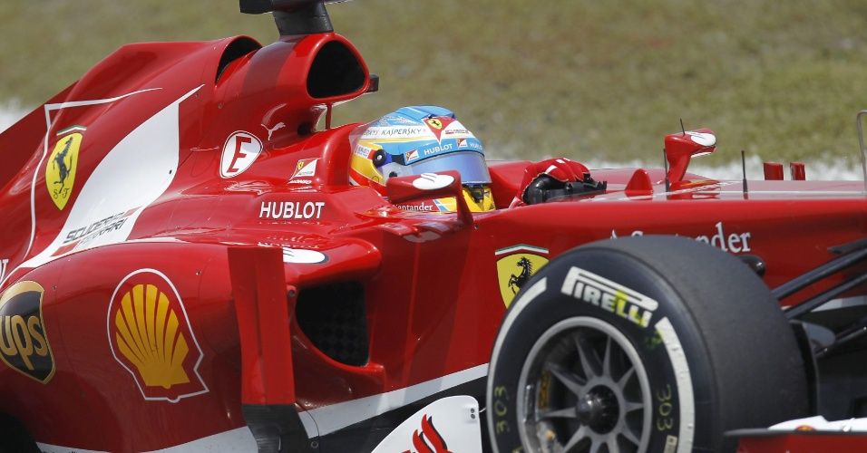 13.abr.2013 - Fernando Alonso conduz sua Ferrari pelo circuito de Xangai durante o treino de classificação do GP da China