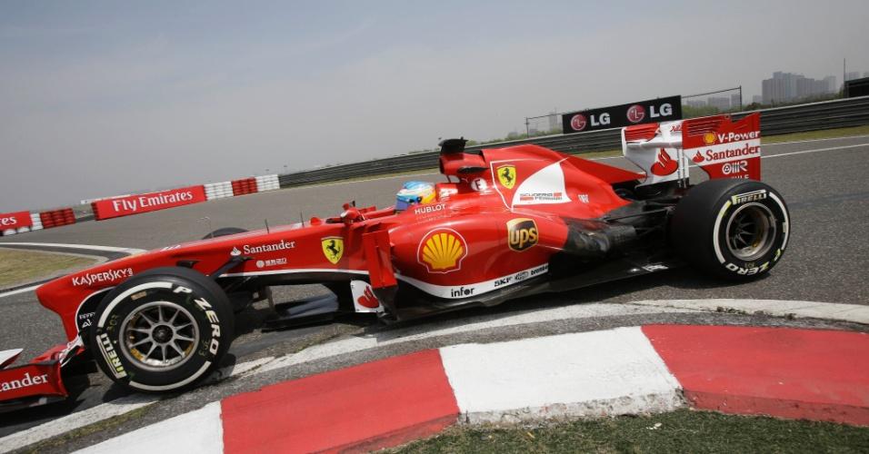 13.abr.2013 - Fernando Alonso contorna uma das curvas do circuito de Xangai durante o treino de classificação para o GP da China