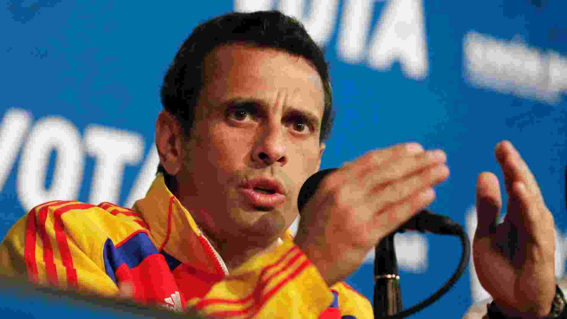 13.abr.2013 - Henrique Capriles, líder da oposição e candidato à presidência da Venezuela, participa de coletiva de imprensa realizada na cidade de Caracas. Segundo pesquisas de opinião para o pleito que será realizado neste domingo (14), Nicolas Maduro, candidato da situação, leva pequena vantagem sobre Capriles - Tomas Bravo/Reuters