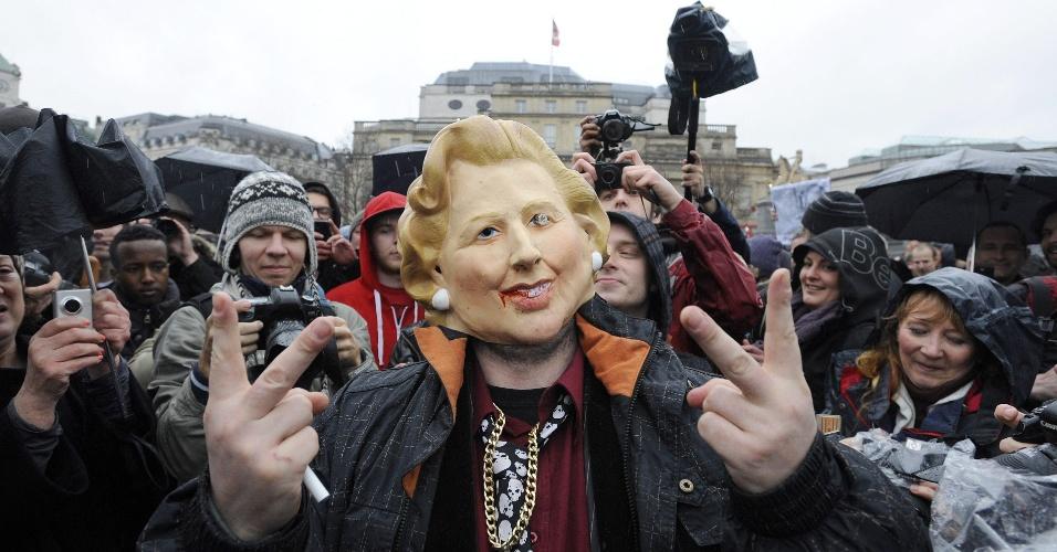 13.abr.2013 - Homem utiliza máscara de Margaret Thatcher, ex-primeira ministra do Reino Unido, em protesto contra a política, que morreu no dia 8 de abril aos 87 anos, praça Trafalgar em Londres. Margaret enfrentou sindicatos e implementou uma série de políticas neoliberais no país, que incluíam a privatização e a redução da regulamentação financeira do país. No próximo dia 17 de abril, haverá um funeral com honras militares para o enterro da antiga integrante do Partido Conservador britânico