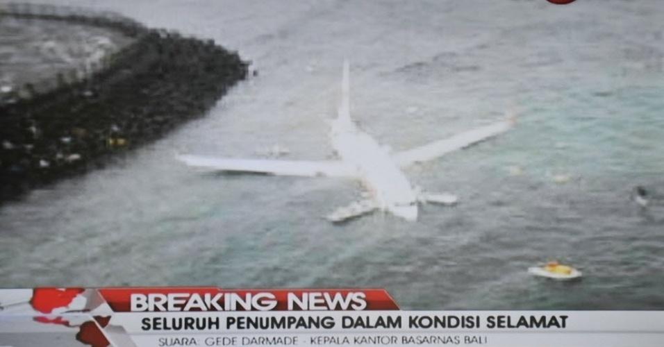 13.abr.2013 - Imagem de TV do avião que caiu no mar durante um pouso mal-sucedido no aeroporto internacional da Bali, na Indonésia. Os 130 passageiros a bordo sobreviveram