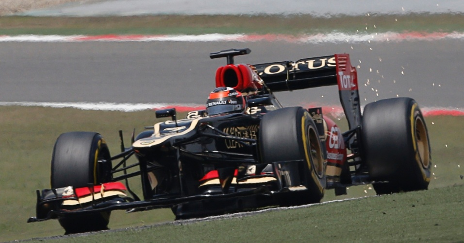 13.abr.2013 - Kimi Räikkönen acelera sua Lotus pelo circuito de Xangai durante treino de classificação para o GP da China