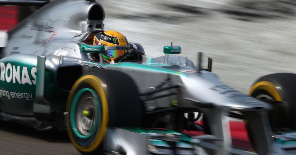 13.abr.2013 - Lewis Hamilton acelera sua Mercedes pelo circuito de Xangai