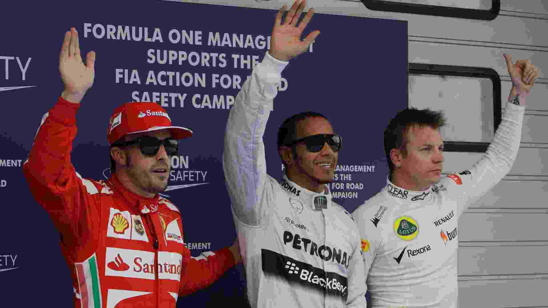 13.abr.2013 - Lewis Hamilton (c), pole na China, acena para o público ao lado de Alonso e Räikkönen - Greg Baker/AP
