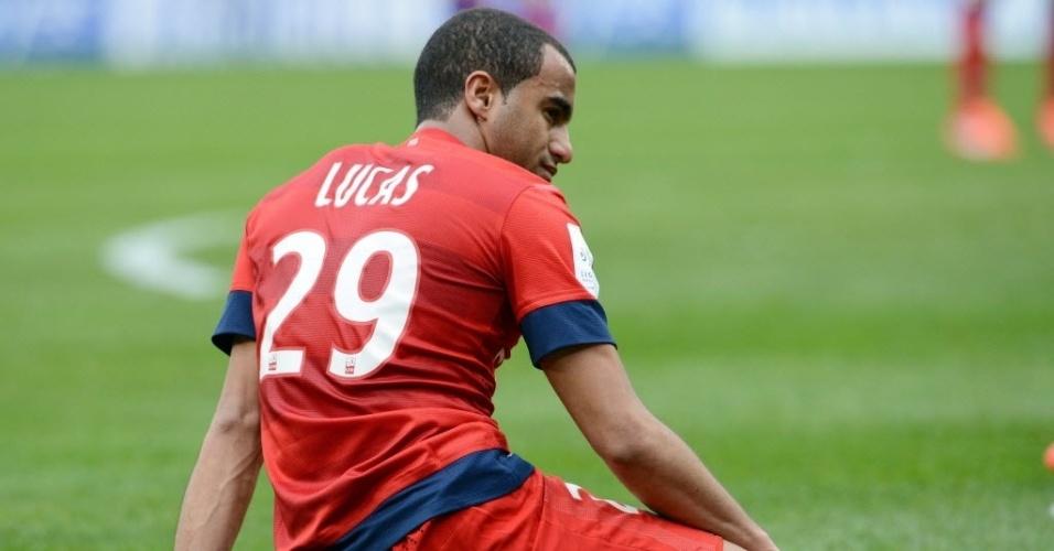 13.abr.2013 - Lucas, ex-São Paulo e agora no PSG, fica no chão após lance da partida contra o Troyes, pelo Campeonato Francês