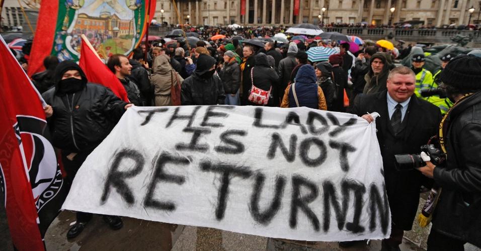 13.abr.2013 - Manifestantes celebram morte de Margareth Thatcher no Reino Unido com cartaz que diz: