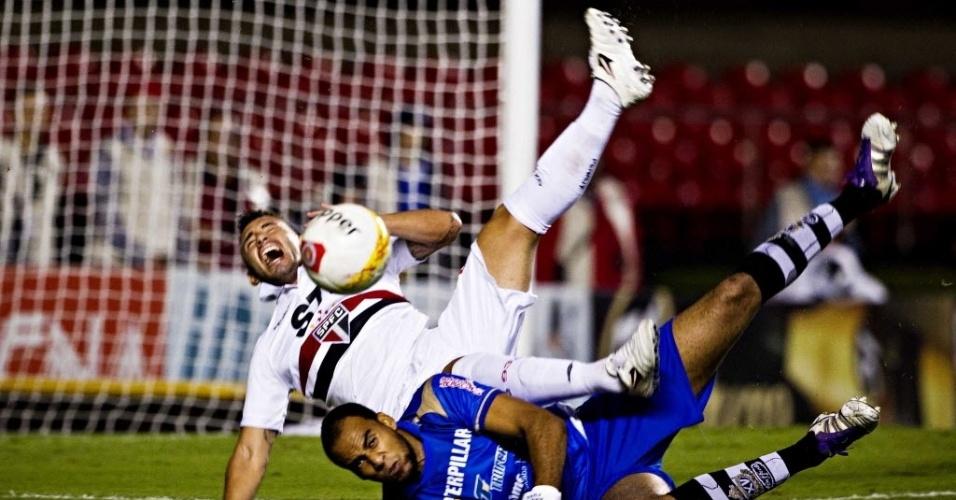 13.abr.2013 - Marcelo Cañete, meia do São Paulo, faz cara de dor ao se chocar com Bruno Fuso, goleiro do XV de Piracicaba