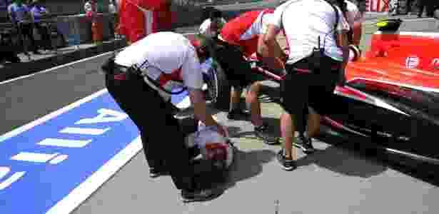 Max Chilton atropela mecânico da Marussia nos boxes durante o treino de classificação para o GP da China - Reuters