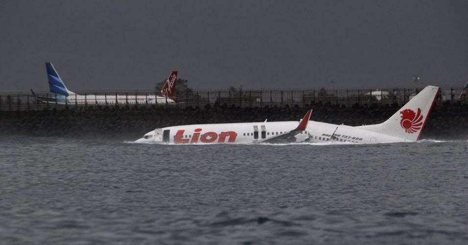 13.abr.2013 - Movimento de aviões (ao fundo) no aeroporto internacional da Bali, na Indonésia, perto de onde um avião caiu no mar neste sábado (13). Os 130 passageiros a bordo sobreviveram