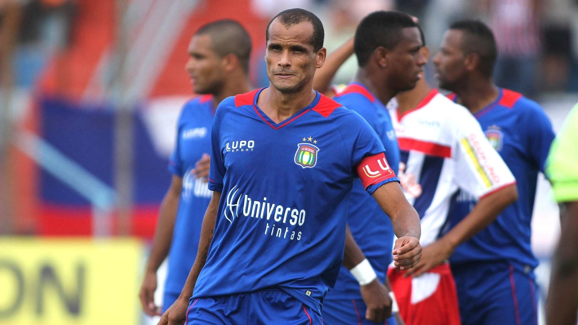 13.abr.2013 - Rivaldo deixa o campo na partida entre São Caetano e Penapolense pelo Paulistão