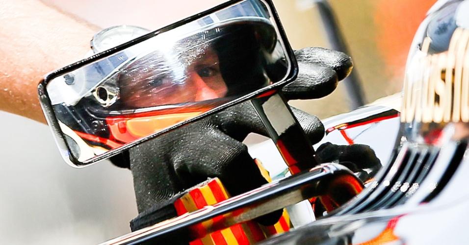 13.abr.2013 - Romian Grosjean se prepara nos boxes da Lotus durante o treino de classificação para o GP da China