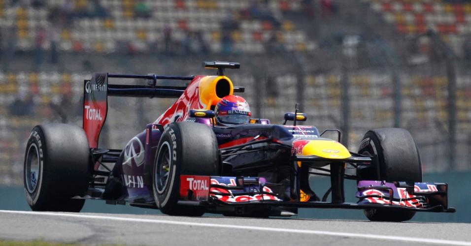 13.abr.2013 - Sebastian Vettel conduz sua Red Bull pelo circuito de Xangai durante treino de classificação para o GP da China